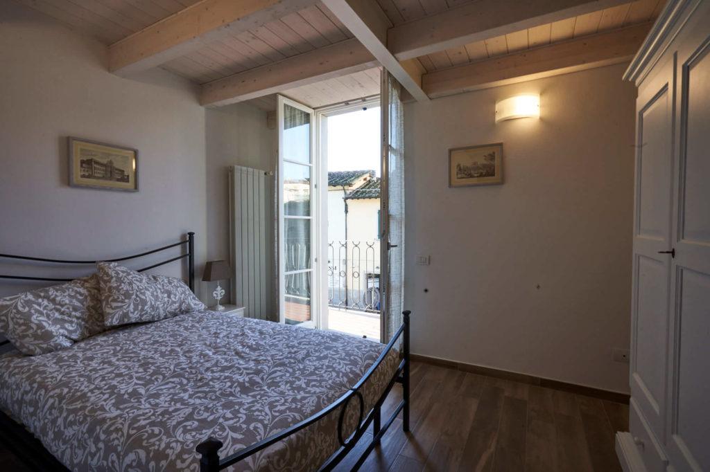 Camera matrimoniale appartamento il Magnifico a Poggio a Caiano. Appartamento in affitto con 4 posti letto, a fianco Villa Medicea.